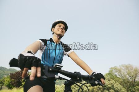 giovane donna che si allena in