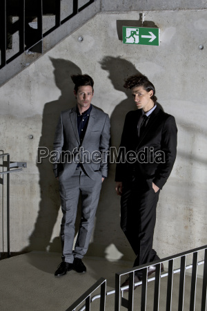 due uomini in giacca e cravatta