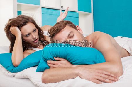 una coppia sdraiato a letto