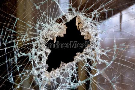 un foro in un vetro