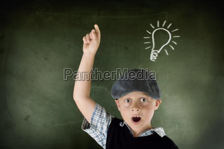 ragazzo intelligente al consiglio scolastico