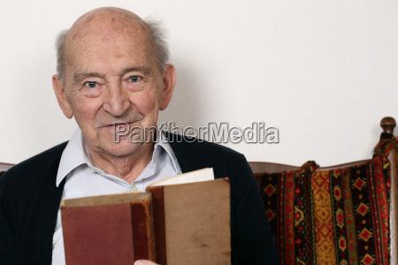 il nonno legge da un libro