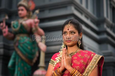 giovane donna indiana pregare