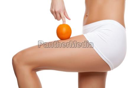 donna con un arancio che mostra
