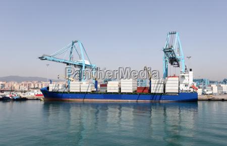 nave container nel porto industriale