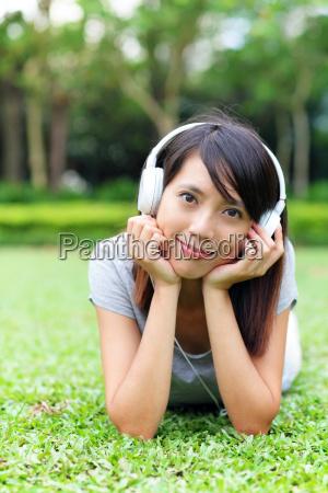 donna ascoltare musica gustare menzogna bugia