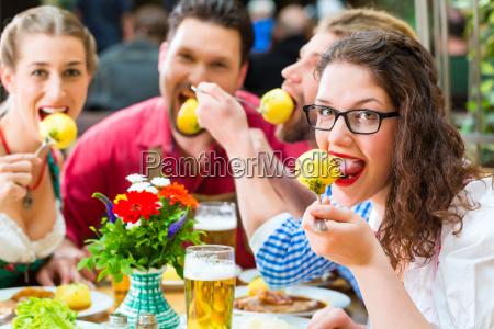 gli amici in baviera bevono birra