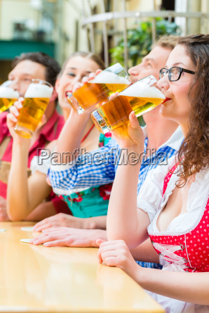 amici in baviera bere birra in