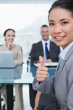 donna gesto ufficio intervista mano mani