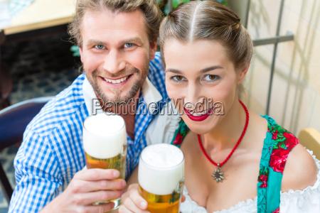 coppia in costume bavarese in uneconomia