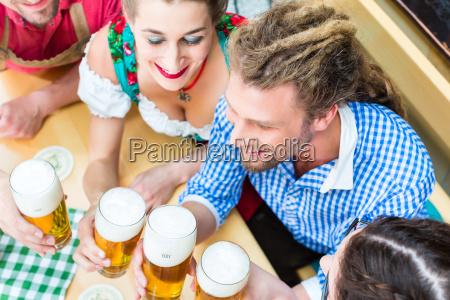 persone in costume bavarese in uneconomia
