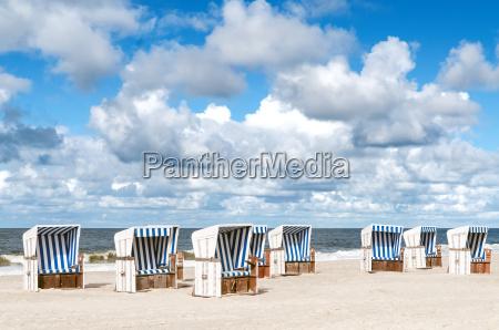 sedie a sdraio sulla spiaggia di