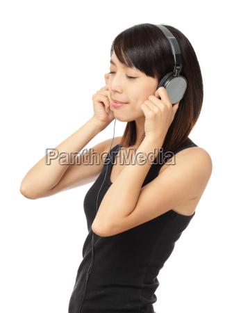 la donna asiatica gode della musica