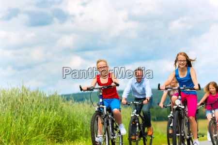 la famiglia cavalca in bicicletta in