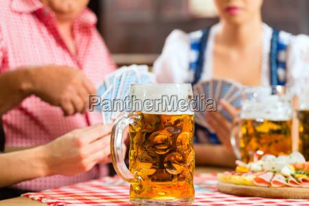 tavern amici che bevono birra