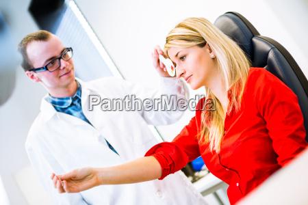 optometria concetto bella giovane donna