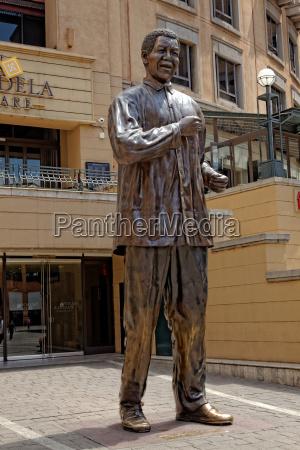 statua di nelson mandela a nelson