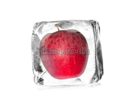 mela in un cubo di ghiaccio