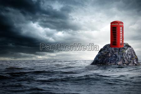 cabina telefonica rossa in oceano solitario