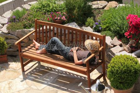 relax su una panchina del giardino
