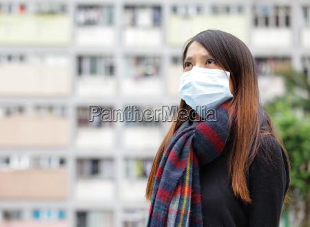 donna asiatica con maschera viso allaperto