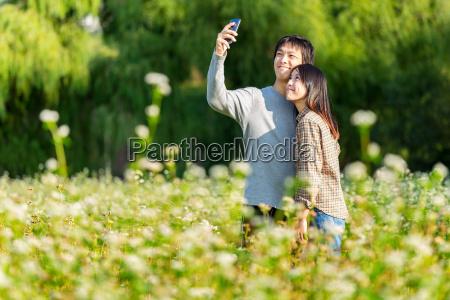 le coppie asiatiche prendono la foto