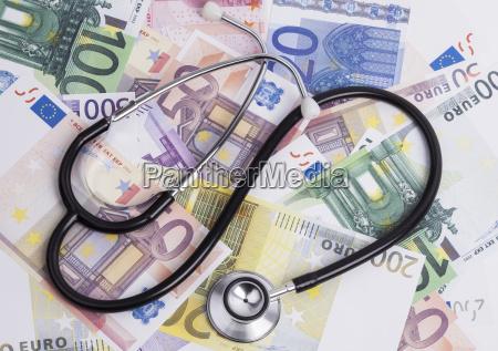 denaro e stetoscopio