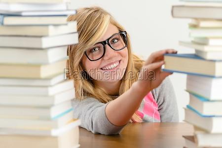ragazza sorridente studente prende libro dalla