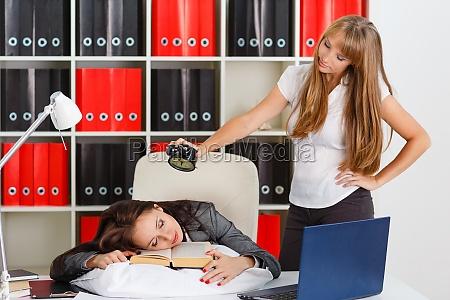 donne daffari stanche in ufficio