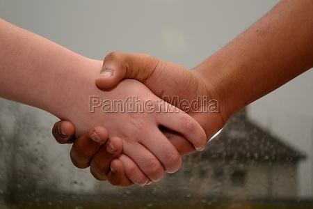 mano mani saluti pelle colore della