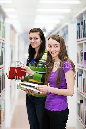 nella biblioteca bella studente di sesso