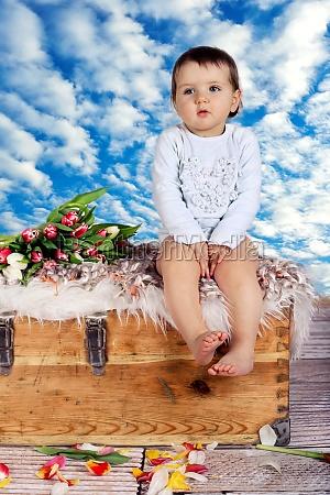 bambino sul petto davanti al cielo
