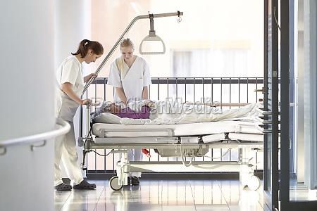 gli infermieri del paziente letto in