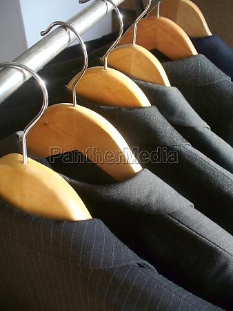 fila di giacche da uomo