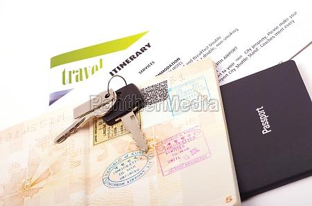 passaporto aperto e documenti di viaggio