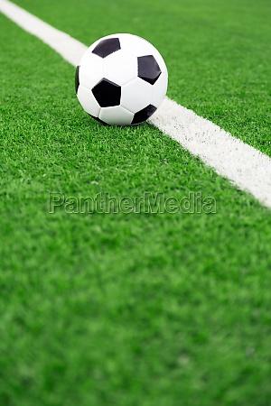 palla da calcio tradizionale sul campo