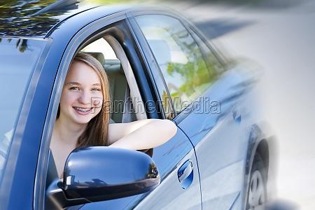 adolescente ragazza che impara a guidare