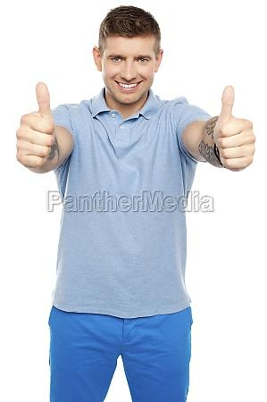 gesto risata sorrisi singolo rilasciato moda