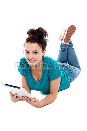 adolescente grazioso guardare film su tablet