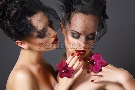 eccitazione due donne voluptuose con fiori
