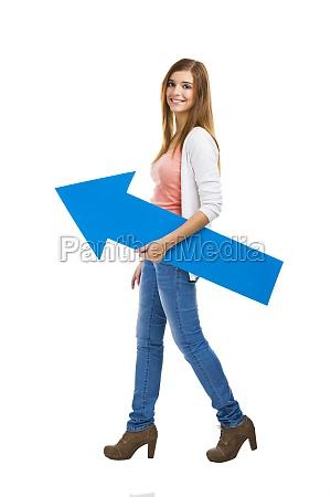 donna con una freccia blu