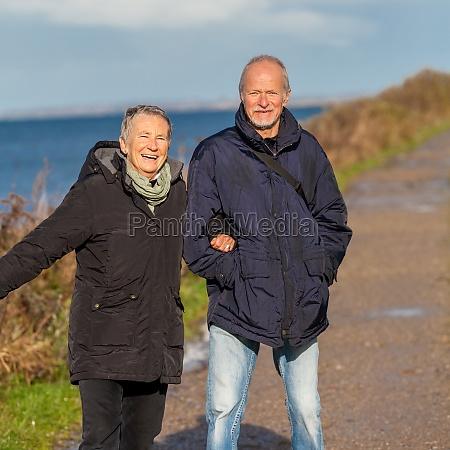 anziano coppia felice fa una passeggiata