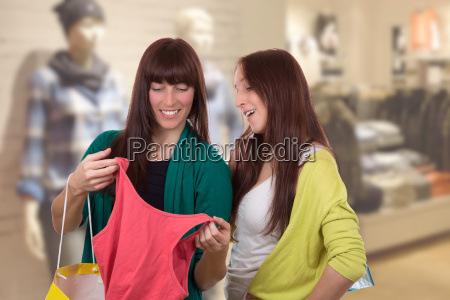 le giovani donne shopping per i