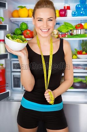 verdure alimentazione nutrizionali insalata ragazza ragazze