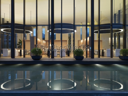 riflessione piscina esterna edificio moderno