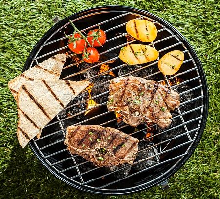grigliare costolette di agnello e verdure