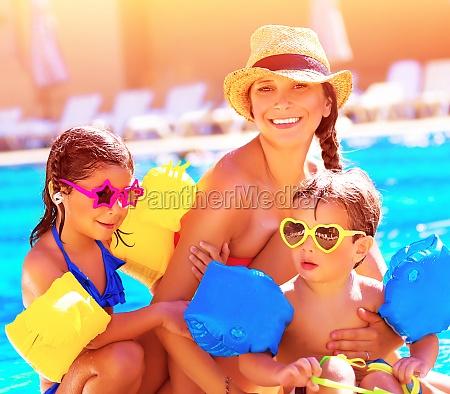 famiglia felice in vacanza estiva