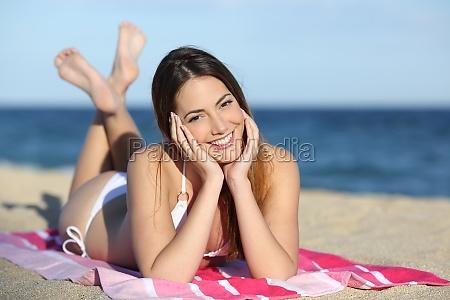 giovane ragazza adolescente sulla spiaggia