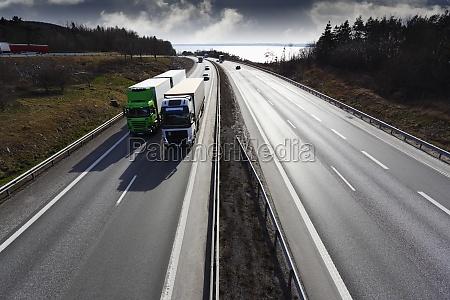 autostrada gigante ampia prospettiva con camion