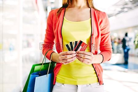 clienti con carte di plastica